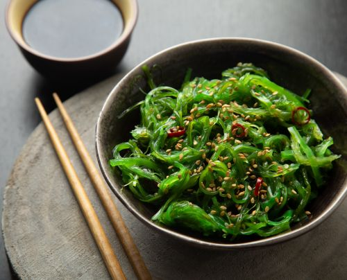 Algae salad with sesame and chili