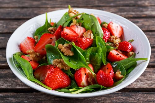 Lamb's lettuce with strawberries and walnuts