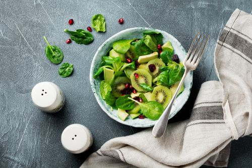 Salad with kiwis and spinach